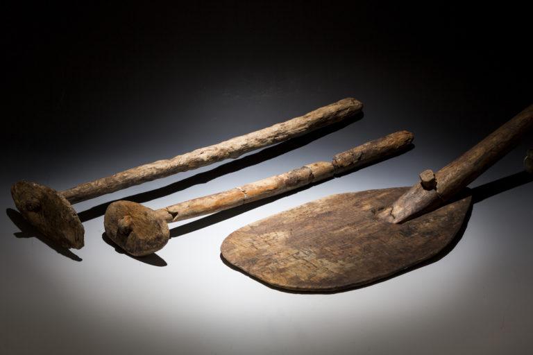 © Martin Jehnichen; Schaufel und Kratzen aus Dippoldiswalde, 12./13. Jahrhundert, Landesamt für Archäologie Sachsen